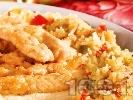 Рецепта Ароматно панирано пилешко месо с ориз и зеленчуци